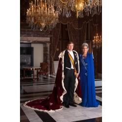 Willem Alexander met mantel en Maxima